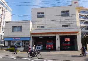 日吉駅近くの綱島街道沿いにある「日吉消防出張所」は1台の救急車と2台の消防車が配備されている