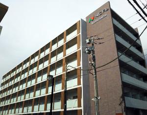 建物はほぼ完成、バス通り側から見ると、西松建設のロゴが掲げられています