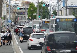日吉駅の先(綱島寄り)から綱島駅東口近くまでの綱島街道は二車線のまま
