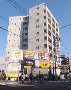 綱島街道と子母口綱島線が交わる「綱島交差点」のすぐそばに建つ「リビオ綱島」