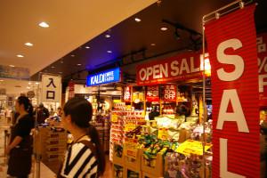 いよいよ朝10時オープン!既に長い列ができていました。順番に店内へ。オープンセールののぼりや店内アレンジも目に鮮やかです