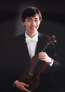 指揮者は榎本卓哉さん。慶應義塾高校ワグネル・ソサィエティー・オーケストラの元コンサートマスター。現在、東京ユヴェントス・フィルハーモニーやOrchestra Passione!(オーケストラパッショーネ)、グランツ弦楽合奏団に所属するかたわら、アンサンブルオールドファッション代表として活躍中(写真:日吉の丘フィル提供)