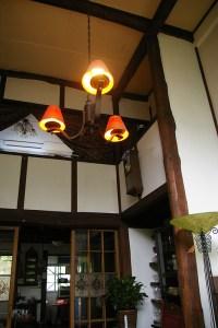 現在の「日吉山荘」の室内。当時のシャンデリアや、高い天井が作る空間の雰囲気を醸す一本木の柱、川田教授の妻・定子さんが作ったステンドグラスもそのまま残されている。(今回の港北オープンガーデンでは室内の公開はありません)