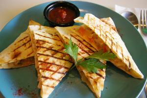 """人気メキシコ料理というケサディアにも初トライ!「ケサディアって何ですか?」「トルティーヤという生地(皮)、セブンイレブンなどで言う""""ブリトー""""みたいなもので具材を包んだ料理です」薄い皮と、チキンと野菜が入ったチキンケサディア。初めての食感でした"""