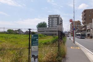 計画地はバス通りに面し、川崎鶴見臨港バスの「北加瀬二丁目」停留所が目の前にある