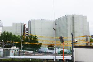解体中の「日吉台学生ハイツ」全景(日吉本町1丁目側から撮影、建物手前は東急線の線路)