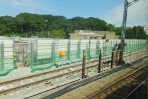 東横線の車窓からも新たな線路を作っている様子が見える(箕輪町付近)