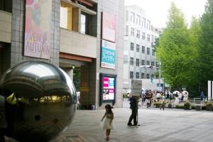 加賀さんが日吉に住むきっかけとなった慶應義塾大学への入学。左手の日吉東急アベニューは、当時は新しく、「東急百貨店日吉店」だった