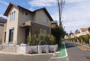 左側は「セキュレア横濱日吉」(横浜市)、右側が「さくらが丘アイザック日吉」(川崎市)