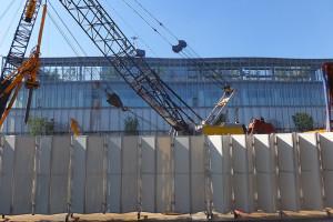 綱島TDCの裏手では9階建てマンションの杭打ち工事が行われている、完成後にはアップル研究所は見えなくなる