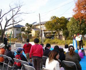 式典の第2部では地元・神奈川ゆかりのポンちゃん人形による腹話術ショーも。近隣の子どもたちがより安心・安全に過ごせる公園になるようにと、設置された防犯カメラが見守る