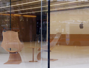 綱島街道に面した正面エントランスには来客用の椅子が置かれている