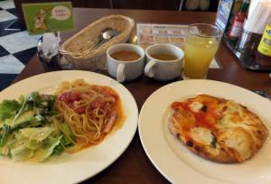 メインメニューのハーフプレート(パスタ+サラダ)とスモールサイズのピザ、食べ放題セットにはスープとドリンクバーも付いてくる