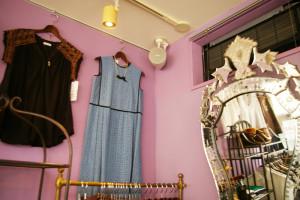 澤井さんがフランスの骨董(こっとう)市で探し求めたという、18世紀後半に作られたベネチアン・ミラーを眺めながらファッション・コーディネートを楽しめる
