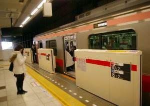 すでに日吉駅の東横線側にもホームドア機器が設置されている(2月3日)