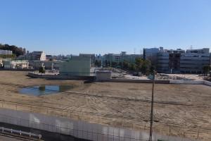 アピタ日吉店があった場所は更地となり、現在は損保ジャパン日本興亜と野村総研の建物を解体している最中の計画地(読者提供、2017年2月)