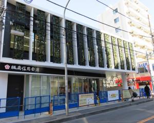 壁面緑化が印象的な城南信金の綱島支店は3月13日から新店舗での営業となる