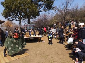 綱島囃子(はやし)保存会による演奏と獅子舞披露