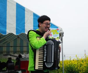 アコーディオンで語りかけるヤマダンさん。優しい演奏と語り口に聴く人々も魅了されていました