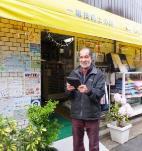 実証実験に参加した南日吉商店街の小嶋純一会長。日頃からタブレット端末を愛用しているという