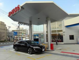 綱島SSTにオープンしたエネオスの水素ステーション、奥の白い建物が「スイソテラス」