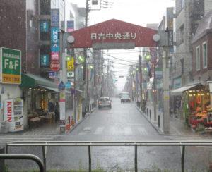 日吉中央通りも冠水、7~8ミリ程度の雹(ひょう)らしき塊が降っていた(5月18日13時40分ごろ)