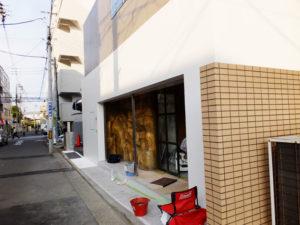 浜銀通り近くで開店準備が進むイタリア料理店「トラットリア アクイロット」。店名の意味は鳥の「鷲(わし)の雛(ひな)」。6月19日に迫るオープンを前にして利用予約も開始された