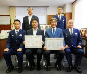 """地域の金融機関に勤務する2名がお手柄!JA横浜・日吉支店の今野さん(左)、横浜銀行大倉山支店の服部さん(右)の""""勇気""""を称(たた)え、港北警察署にて感謝状を贈呈した"""