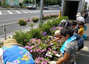 「一武会」は日吉駅前花壇花ポケット(写真提供)に協賛している。6月には夏の花苗植えの活動に参加。普段花を植えたりする経験が少ない子どもたちも、地域の美化に欠かせない活動ということもあり、喜んでいたという
