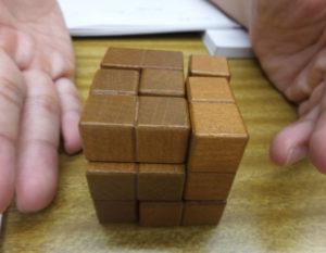 平面から立体をイメージ化する能力を磨くことは難関校受験のみならず中学校の数学でも役立つ。パズルに親しみ、主体性をもって思考力や空間認識力を高めることができるという