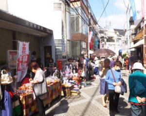 2015年開催のようす。地域のお店の出店も多くみられ、ほのぼのとした雰囲気。日吉の駅前商店街で唯一電灯のLED化も実現している「美しく、まとまりのある」通りと言われている