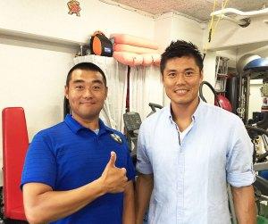 サッカー日本代表として活躍するゴールキーパーの川島永嗣(えいじ)選手(右)も今年6月に同ジムに来訪。「世界レベルのトレーニングを体感いただけます」と辻さん(同ジム提供)