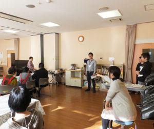 カフェの開催に向け、入念に準備を進めるようす。現場には、横浜市港北区福祉保健センターの担当者も立ち会った(下田地域ケアプラザ、2017年12月14日)