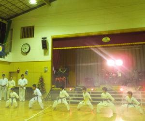 日吉南小学校で開催された「パートナーズフェスタ イン ひよみな」では、空手技の「型」と「板割り」を披露