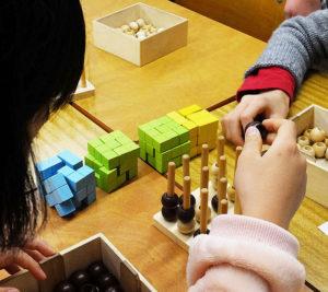 子どもたちが夢中になれるパズルに実際に触り、「論理的思考」や「空間把握能力」を育(はぐく)むことを目的とし開講されている