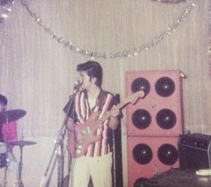 ギターの演奏に夢中だった青春時代(水柿敏雄さん提供)