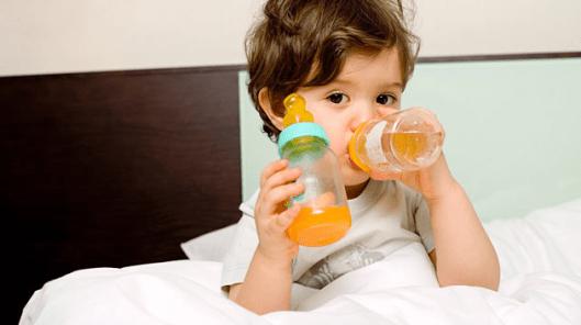 「兒童不是縮小版的大人!」美國小兒科醫學會:未滿1歲嬰兒「不建議」喝果汁|香港媽咪幫精選好文
