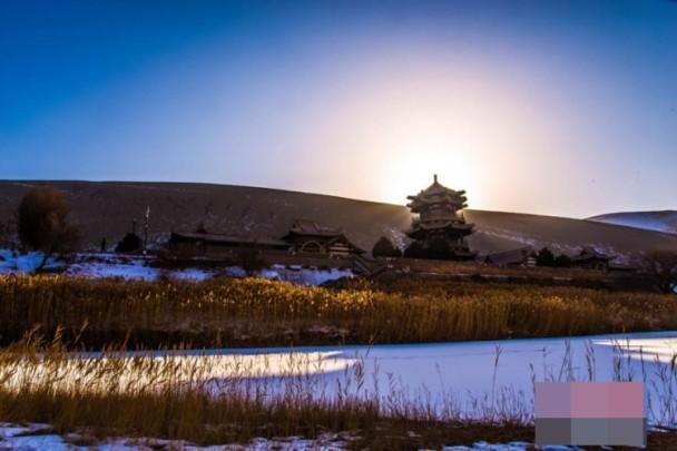 敦煌低溫白雪遍黃沙 月牙泉添靈氣如詩如畫|即時新聞|大陸|on.cc東網
