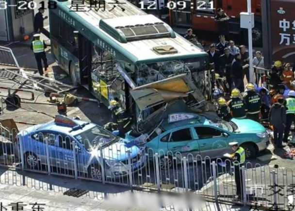 廣州火車站驚傳車禍 巴士失控撞4的士釀3死傷 即時新聞 大陸 on.cc東網