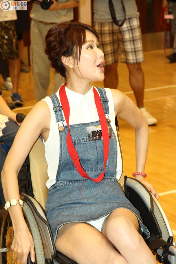 劉思希著裙坐輪椅走光 賴李亞男老點 - 東網即時
