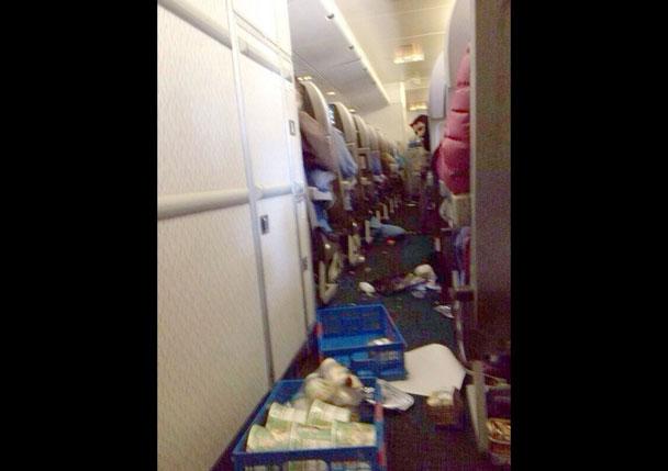國泰航機遇氣流意外8人送院 - 東網即時