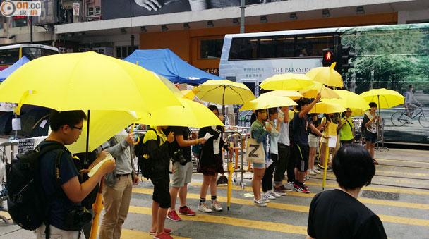 快閃學生銅鑼灣舉黃傘唱《海闊天空》|即時新聞|港澳|on.cc東網