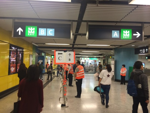 警方開始清場 港鐵金鐘站A出口關閉 - 東網即時