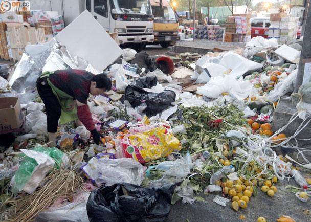 垃圾圍城:爛生果雜物 每日堆滿渡船街橋底|即時新聞|港澳|on.cc東網