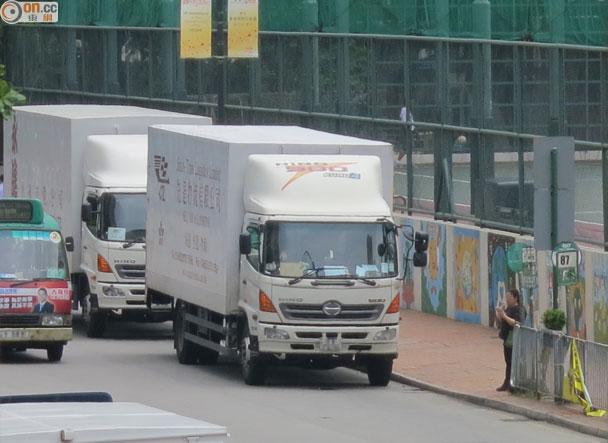葵涌興芳路巴士站違泊猖獗 乘客上落搵命博|即時新聞|港澳|on.cc東網