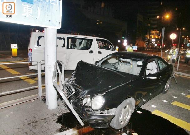 十字路口與貨Van互撼 平治撞欄司機傷|即時新聞|港澳|on.cc東網