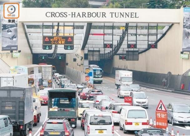 紅隧連撼2的士 Benz司機逃至北角棄車速閃|即時新聞|港澳|on.cc東網