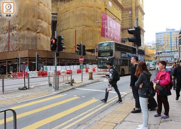 觀塘九巴撞斃男童現場 仍有街坊貪快衝紅燈過路|即時新聞|港澳|on.cc東網