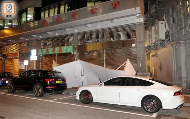 天氣不穩上環現怪風 吹冧裝修圍板壓毀2車 即時新聞 港澳 on.cc東網