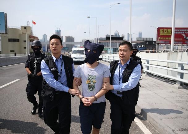 軍刀攞命:27歲「洗頭仔」內地落網移交警方|即時新聞|港澳|on.cc東網